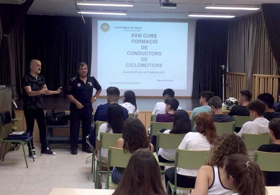 36 joves de Dénia comencen hui el curs de formació de conductors de ciclomotor que imparteix la Policia Local
