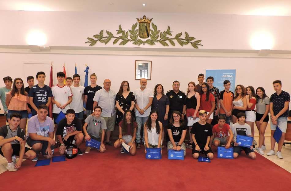 Foto Entrega de diplomas a los participantes del 18.º Curso de formación de conductores de ciclomotor