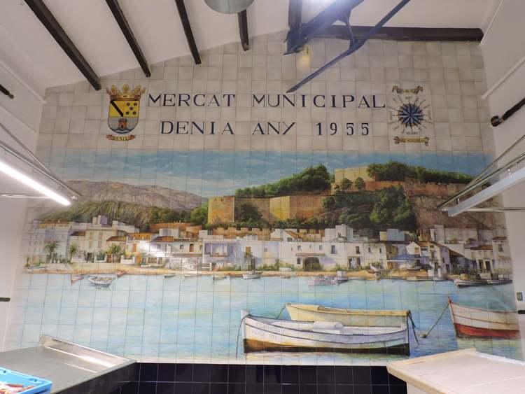 Foto Un mural ceràmic instal·lat en el Mercat Municipal recrea una panoràmica de Dénia vista des de la
