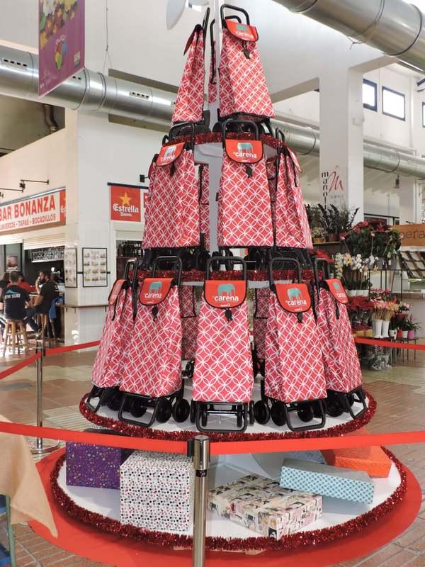 Foto El árbol de Navidad solidario del Mercat Municipal contribuye a difundir la labor de la asociación