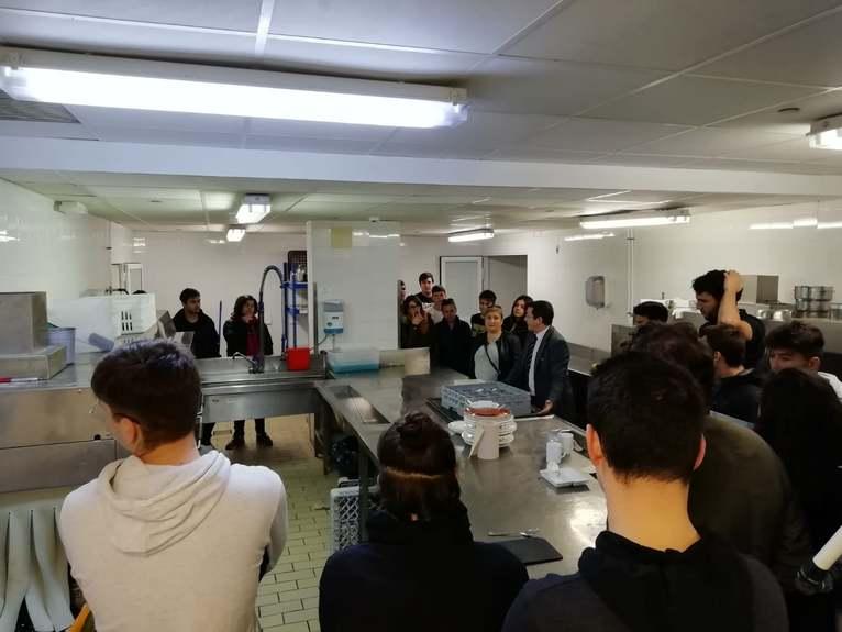 Alumnat del grau de Gastronomia de la Universitat d'Alacant aprén amb la cuina i els product...