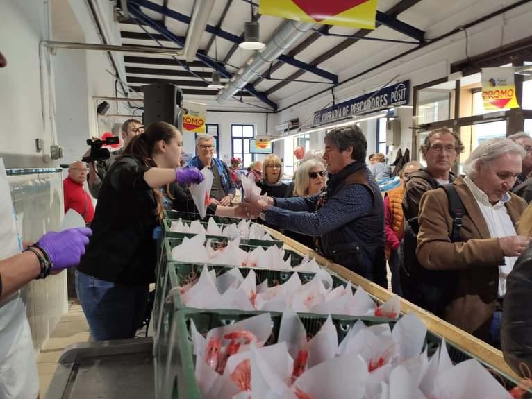 Éxito de la primera jornada de la campaña 'Enamorados de la gamba' en el Mercat municipal