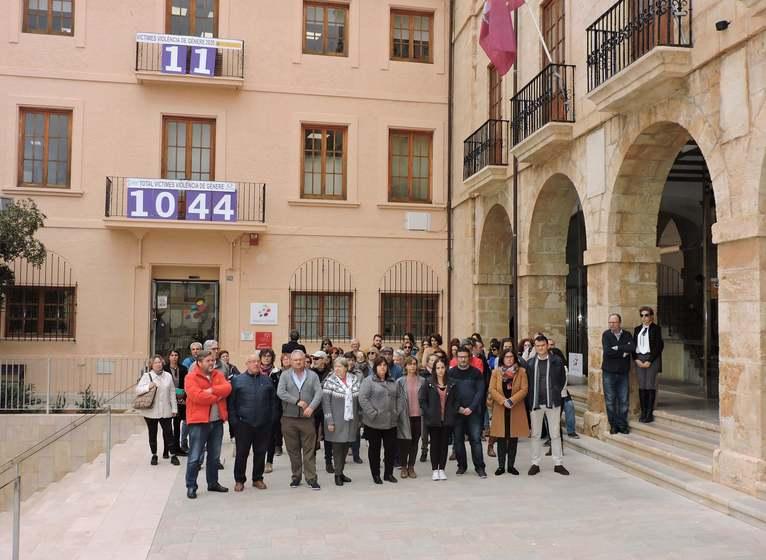 Foto Minut de silenci a l'Ajuntament de Dénia en memòria de l'última víctima mortal de la...