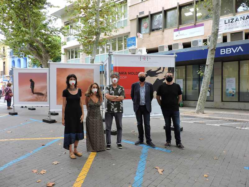 Foto Exposició de fotografies de Maria Moldes i Júlia Pontés al carrer del Marqués de Campo