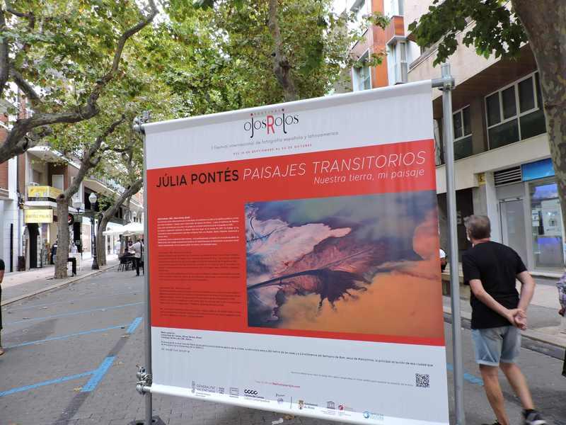 Exposición de fotografías de Maria Moldes y Júlia Pontés en la calle Marqués de Campo