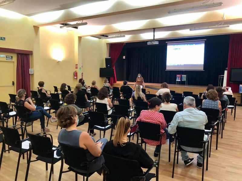 Alrededor de cincuenta personas participan en las charlas del programa 'Educando en el prese...