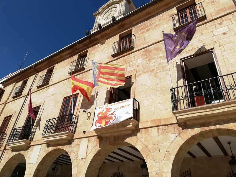 Foto El Ajuntament de Dénia ilumina su fachada de naranja con motivo del Día del TDAH en España