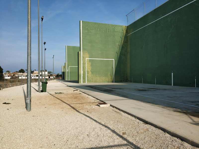 Foto El Ajuntament de Dénia adjudica las obras de reparación y mejora de las pistas del frontón m...