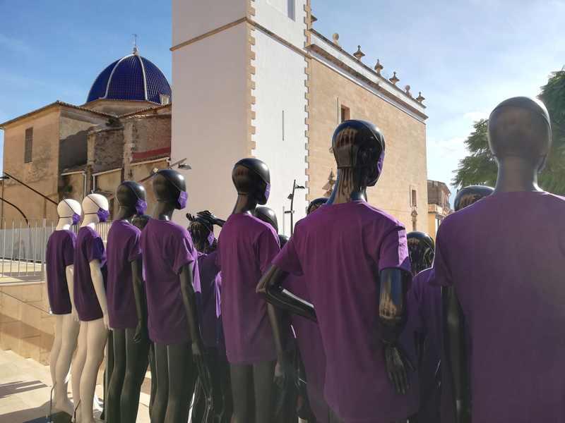 La Concejalía de Igualdad coloca 100 maniquíes 'guerreras' en la plaza de la Constit...