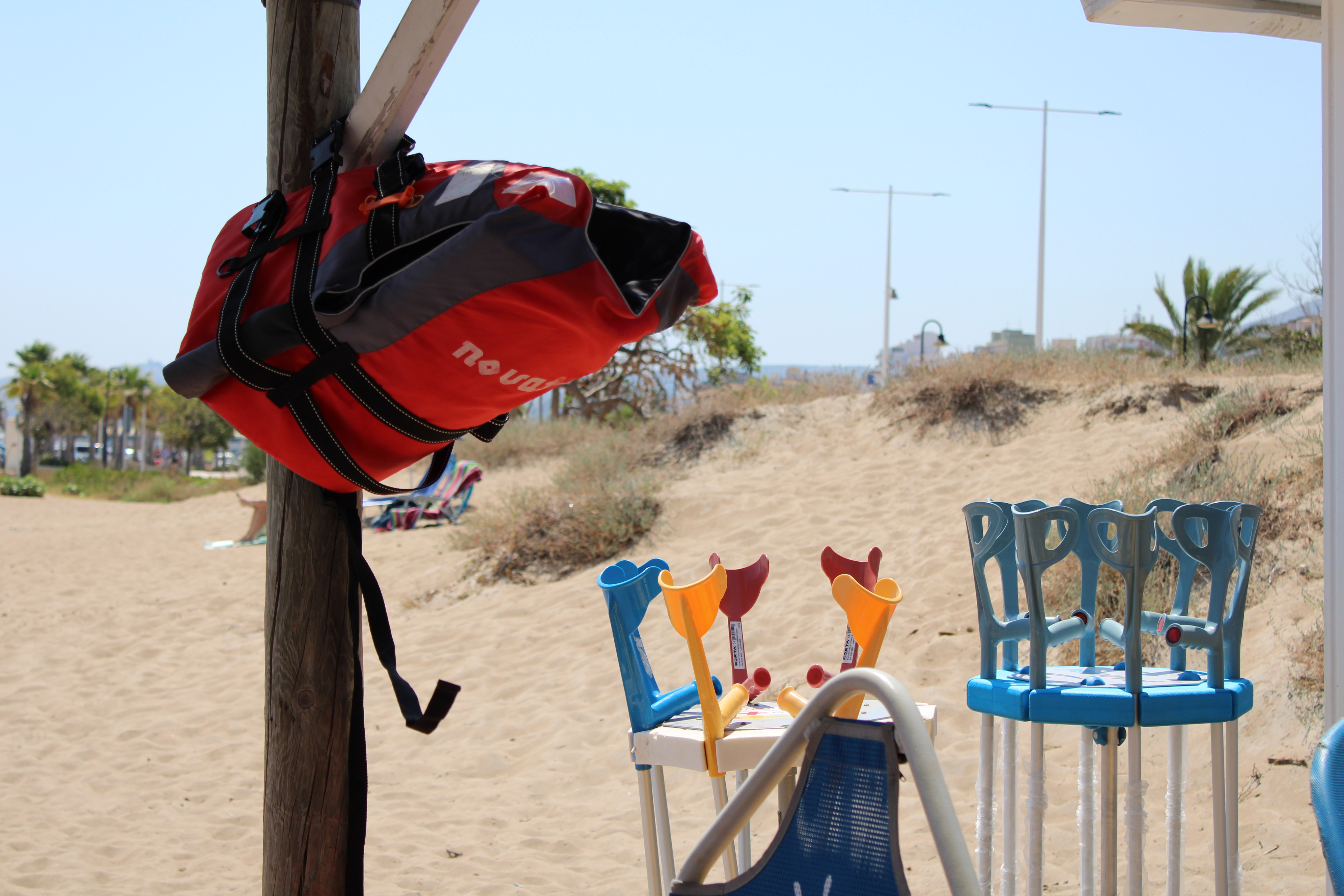 La platja accessible de la Punta del Raset s'amplia amb servei de fisioteràpia i nou mat...