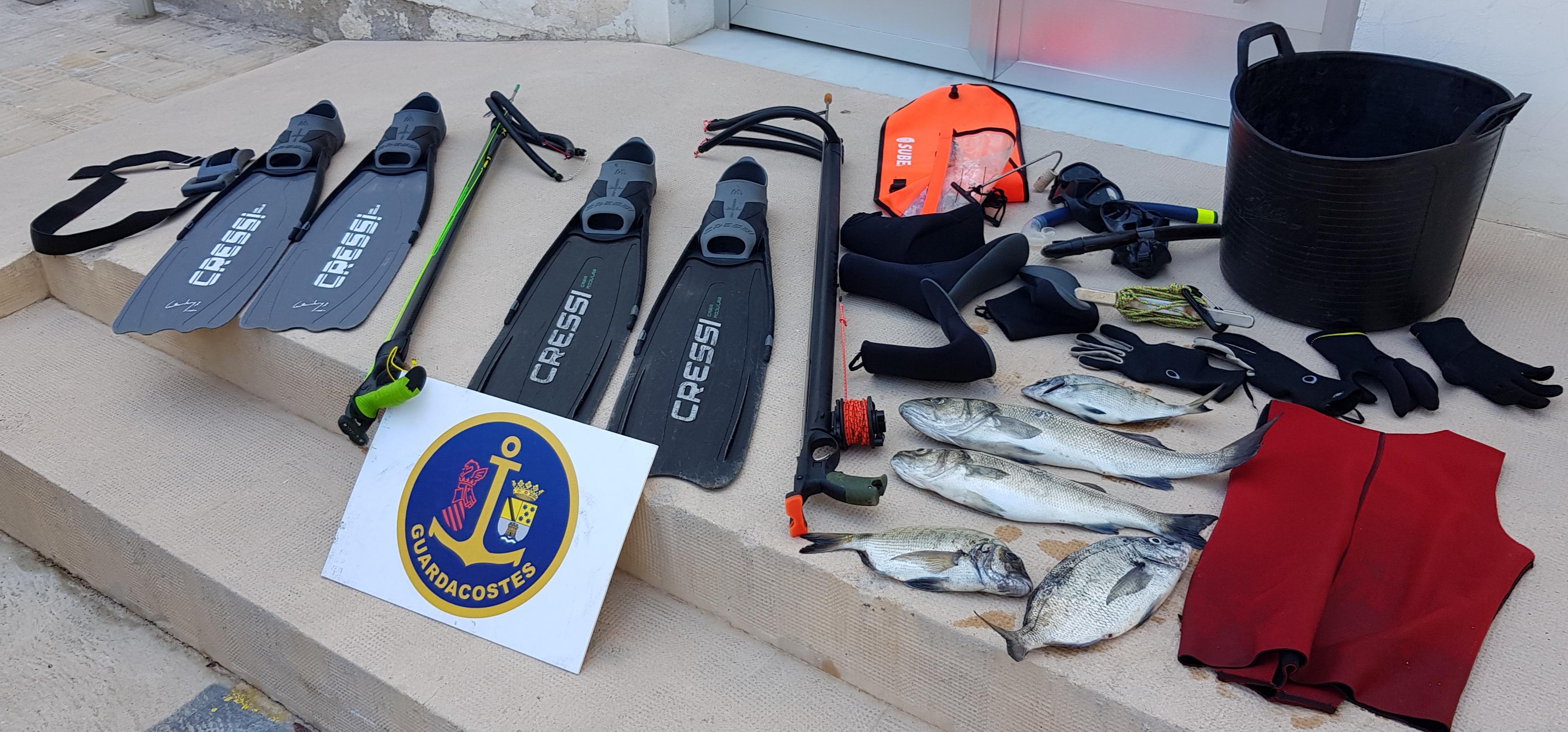 Foto Confiscat el material i les captures de dos pescadors furtius al cap de Sant Antoni